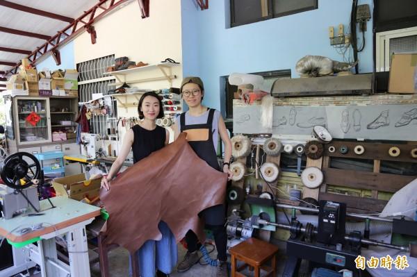 鍾安宜(右)與李柔(左)在竹田開設工作室,除了替顧客修補鞋包,也代客訂製獨一無二的皮件,為傳統產業注入新商機。(記者邱芷柔攝)