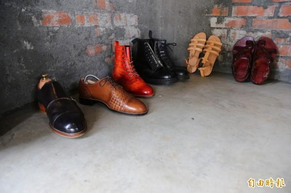 鍾安宜製作的多款皮鞋中,還能看見為了迎合南部氣候製作的手工涼鞋。(記者邱芷柔攝)