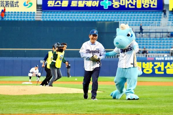 台中市長林佳龍為韓國職棒開球。(台中市政府提供)