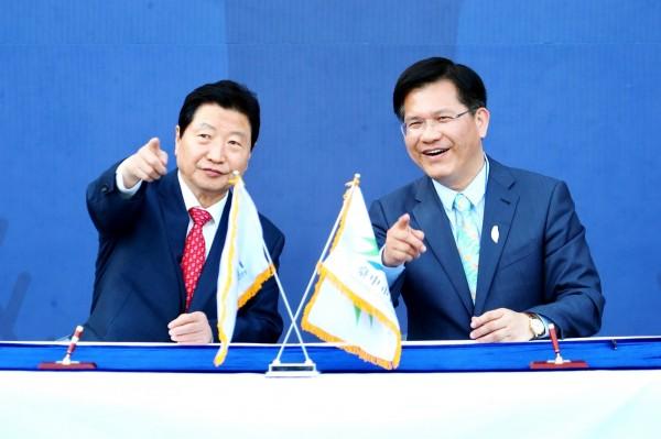 韓國昌原市長安商守(左)與台中市長林佳龍簽署台中宣言及友好城市。(台中市政府提供)