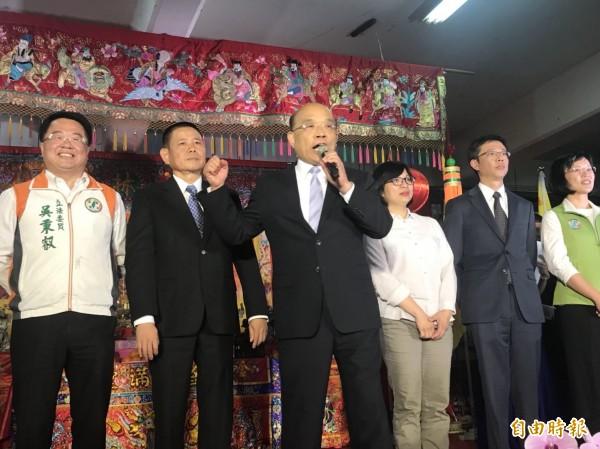 前行政院長蘇貞昌今晚在新北市林姓宗親會的場合,帶頭喊招牌口號。(記者葉冠妤攝)