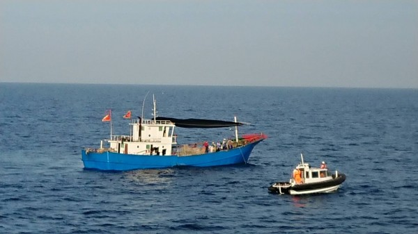 澎湖海巡隊巡防艇放下小艇,靠近中國漁船進行登檢。(澎湖海巡隊提供)