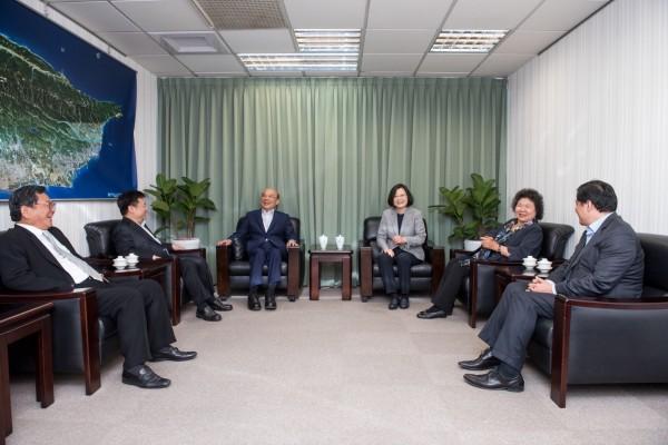 蔡英文與蘇貞昌會面一個多小時,會中包括陳菊、洪耀福、陳明文、林錫耀等人。(民進黨提供)
