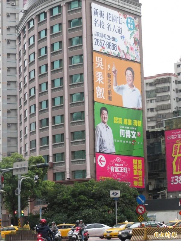 捷運板橋新埔站原掛著吳秉叡的照片,在民進黨確定徵召蘇貞昌後,今早已悄悄卸下。(記者何玉華攝)