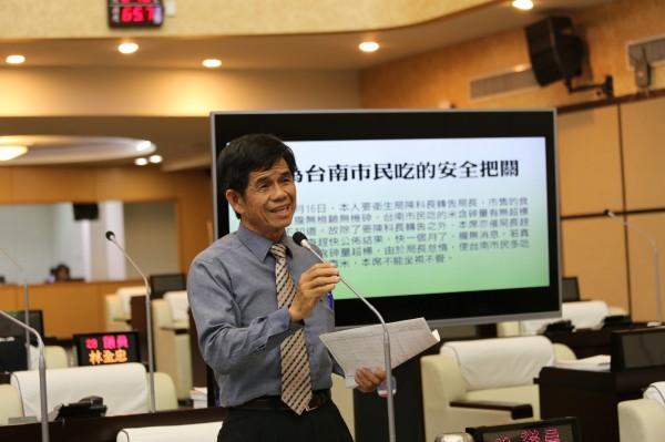 議員李文正對安平跨港大橋捨漁光島改走永華路表示肯定。(市議會提供)