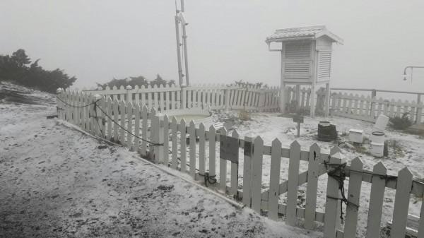 受對流旺盛影響,玉山觀測到下冰雹,將氣象站的地面鋪成一片雪白。(氣象局提供)