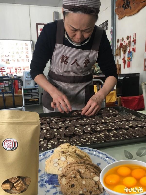 銘人堂老闆娘陳淑琴堅持不加水,做出甜點好風味。(記者顏宏駿攝)