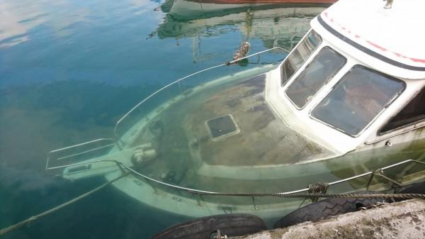 縣府農業處研判是油料管線損壞,導致進水,船隻因而下沉。(記者王秀亭翻攝)