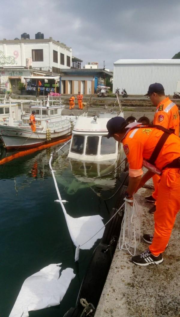 海巡人員立即進行處理,防止可能滲出的油汙擴大。(記者王秀亭翻攝)