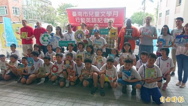 台南市兒童文學月行動英語車啟動出發。(記者楊金城攝)