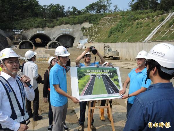 朱立倫視察安坑一號道路第二期工程最困難的三孔隧道。(記者翁聿煌攝)