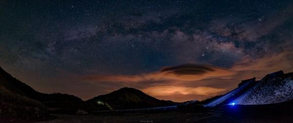 有天文攝影玩家前天凌晨在合歡山拍下碩大莢狀雲的美景,宛如幽浮降臨合歡山。(圖:台灣星空守護聯盟Ethan Ku提供)