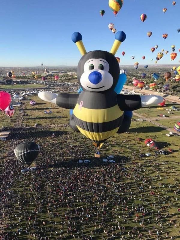 「2018台灣國際熱氣球嘉年華」將於6月30日登場,今年有多達39顆的造型熱氣球,部分熱氣球今天搶先曝光,圖為蜜蜂球。(台東縣政府提供)