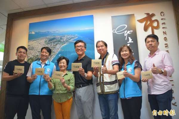 「Eye上花蓮Ⅰ、Ⅱ」影片製作團隊今在花蓮市公所市民藝廊舉辦「空拍攝影展」,盼讓洽公民眾能用另一個視角發現家鄉的美。(記者王峻祺攝)
