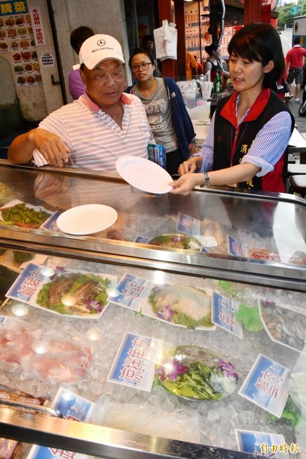 消保官到活海鮮餐廳稽查,盼價格、盤子標清楚。(記者蔡宗憲攝)