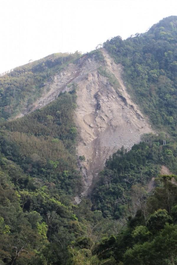 南庄山區近來大規模頻繁走山,導致道路中斷,農作物無法運輸。(記者鄭名翔攝)