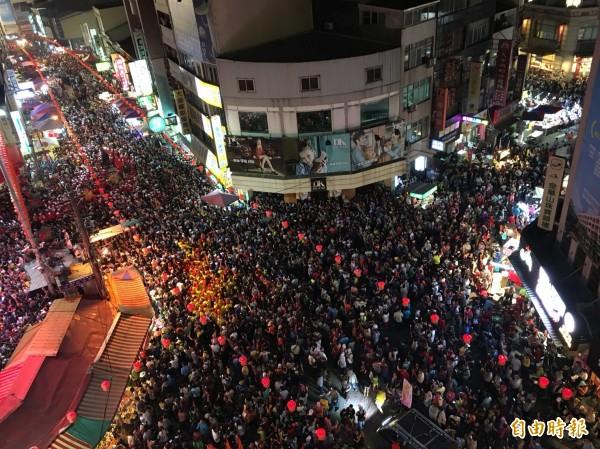大甲媽祖起駕之夜,街頭人潮爆滿。(記者張軒哲攝)