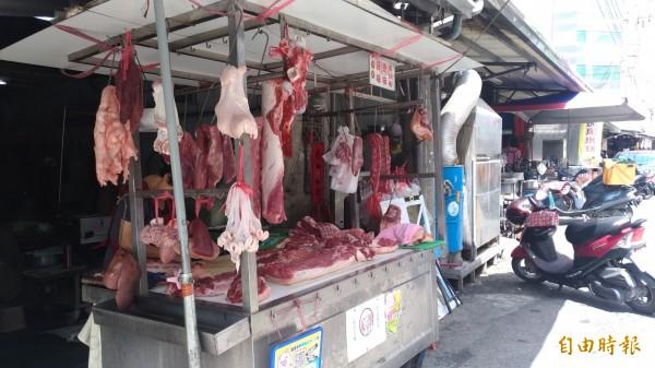 豬價直落,肉攤零售價卻居高不下,業者說,因為挑「水ㄟ」成本很高。(記者廖淑玲攝)