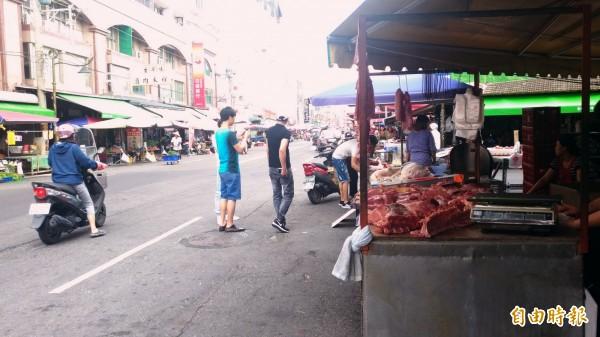 街頭豬肉攤林立價格卻無法齊一。(記者廖淑玲攝)