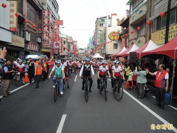 苗栗市鐵馬車隊進香,由市長邱炳坤(右二)等人,帶領車友出發。(記者張勳騰攝)
