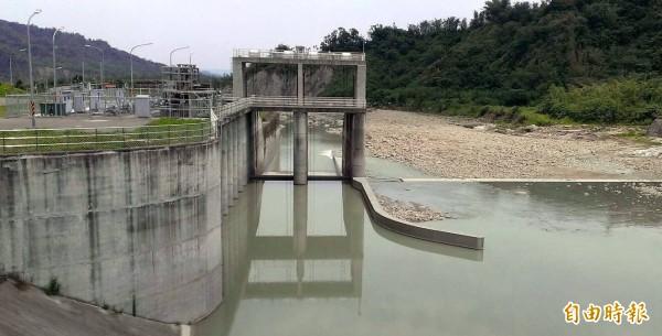 湖山水庫在南投縣竹山鎮設置桶頭攔河堰截水、蓄水情形。(記者謝介裕攝)