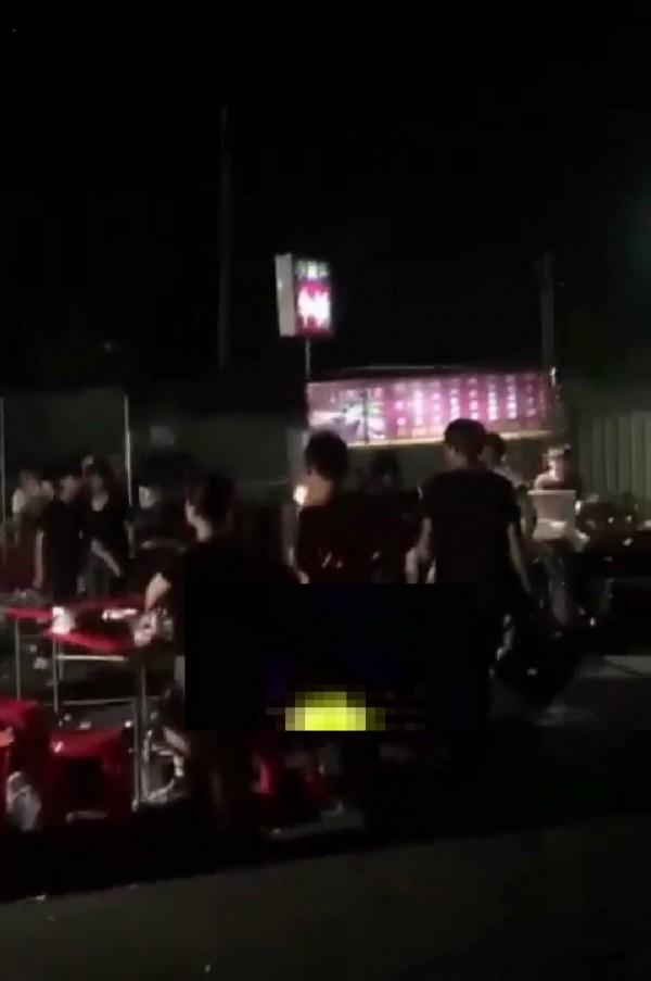 攤販與逛街民眾在夜市打群架,被網友po上網。(記者廖淑玲翻攝)