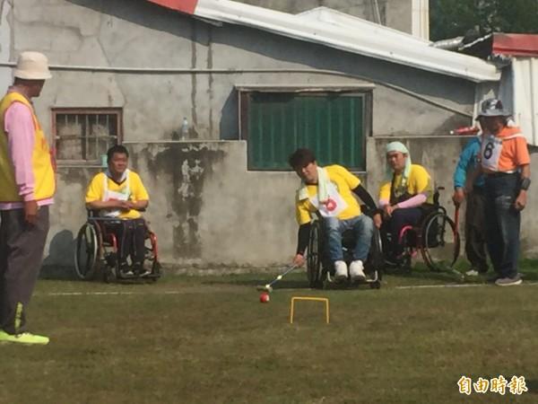 來自各縣市身障選手以球會友,享受陽光。(記者張存薇攝)