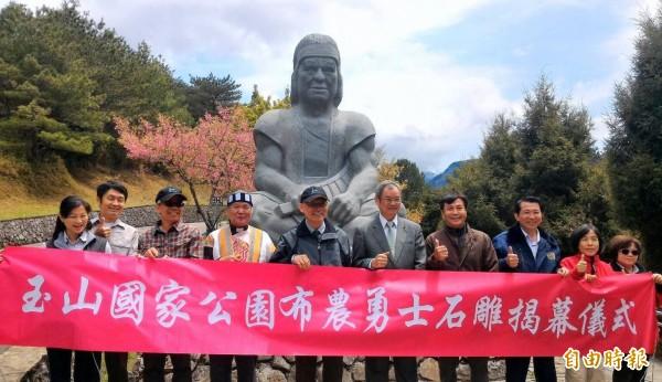 玉山國家公園塔塔加遊憩區入口意象-布農勇士石雕,今日舉辦揭幕儀式。(記者謝介裕攝)