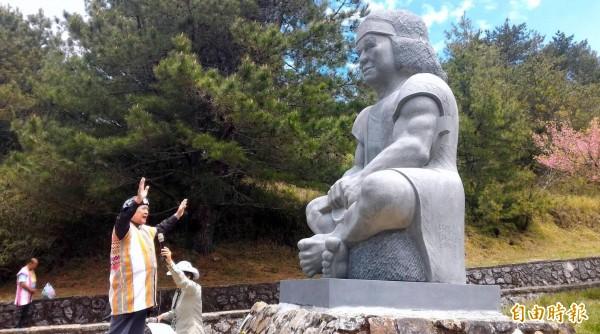 玉山國家公園塔塔加遊憩區入口意象-布農勇士石雕,今日在南投縣信義鄉東埔東光教會牧師祝福中正式亮相。(記者謝介裕攝)