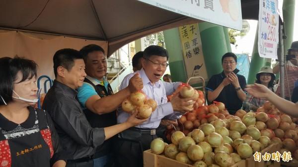 柯文哲在現場叫賣洋蔥。(記者楊心慧攝)