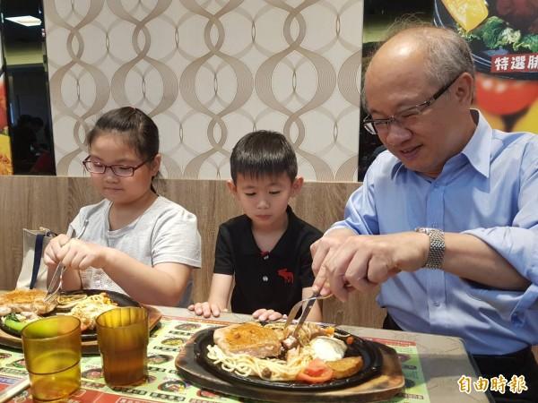 雲林家扶主委爺爺陳燦勳(右)陪家扶孩子開心吃牛排。(記者廖淑玲攝)