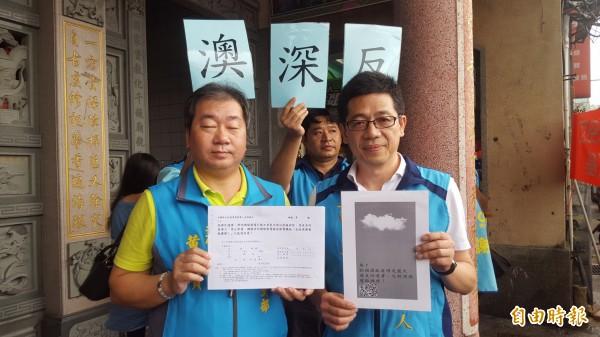 國民黨基隆市長提名人謝立功(右)號召民眾一同參與連署,反對設立深澳電廠。(記者林欣漢攝)