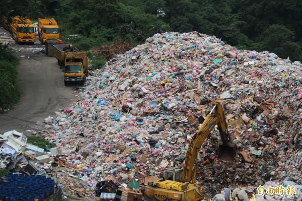 新竹縣竹東鎮長徐兆璋說,到今天為止,竹東垃圾場內暫時堆置有約7500公噸的垃圾,預計5月底飽和後,竹東鎮公所將不再代替縣府收運垃圾。(記者黃美珠攝)