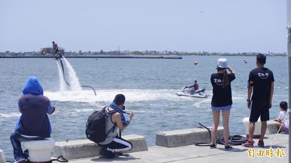 首屆水上鋼鐵人表演賽,場邊吸引許多民眾駐足。(記者陳彥廷攝)
