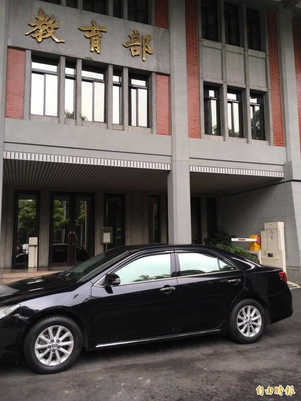 教育部長潘文忠昨天休假,今天請辭獲准,教育部長公務座車從昨天一早就停在教育部內,等待下一個教育部長。(記者林曉雲攝)