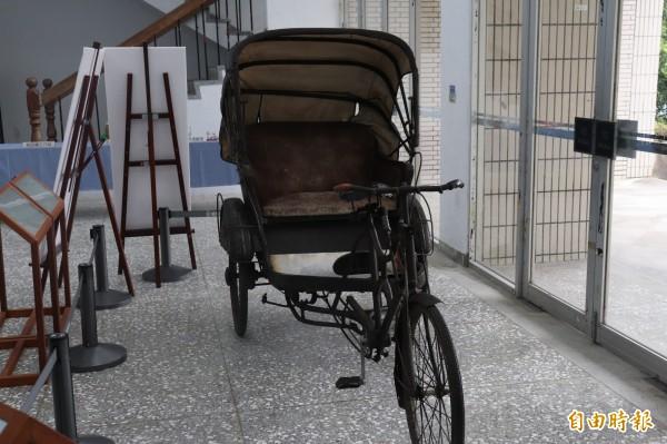 服務蘭陽女中20年的前校長吳學瓊,34年前卸任後,將宜蘭名醫陳金波致贈給她的代步用三輪車,捐贈給宜蘭縣文化中心典藏,8年前則轉交由蘭陽博物館保存。(資料照,記者林敬倫攝)