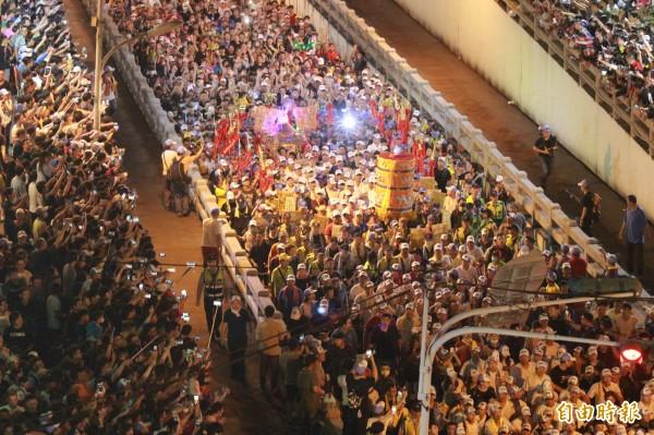 大甲媽繞境彰化,午夜經過民生地下道,數千民眾夾道歡迎。(記者陳冠備攝)