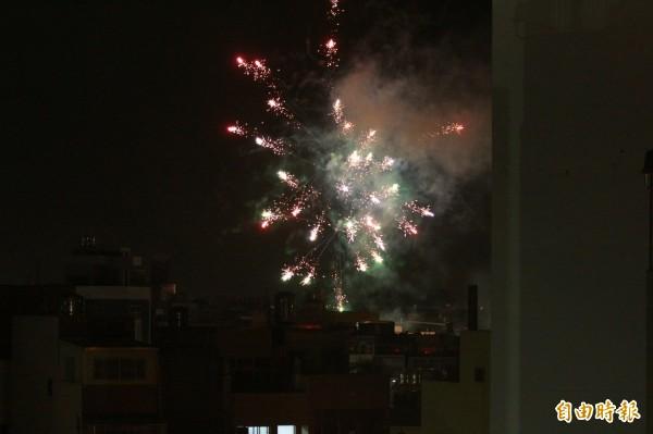 今年「大甲媽」進入彰化市,炮竹煙火數量明顯減少。(記者陳冠備攝)