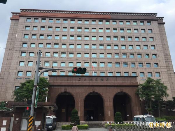基隆地檢署檢察官偵訊後,依對未成年性交罪將藍男起訴。(記者吳昇儒攝)