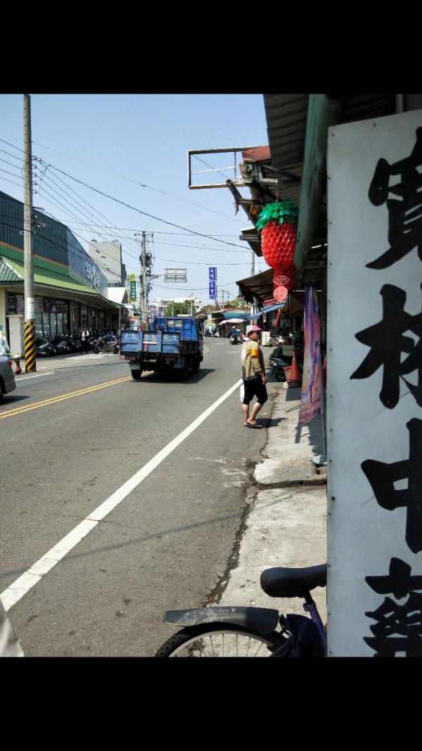 圖中男子穿大甲媽神轎班制服,沿路向店家要錢。(記者顏宏駿翻攝)