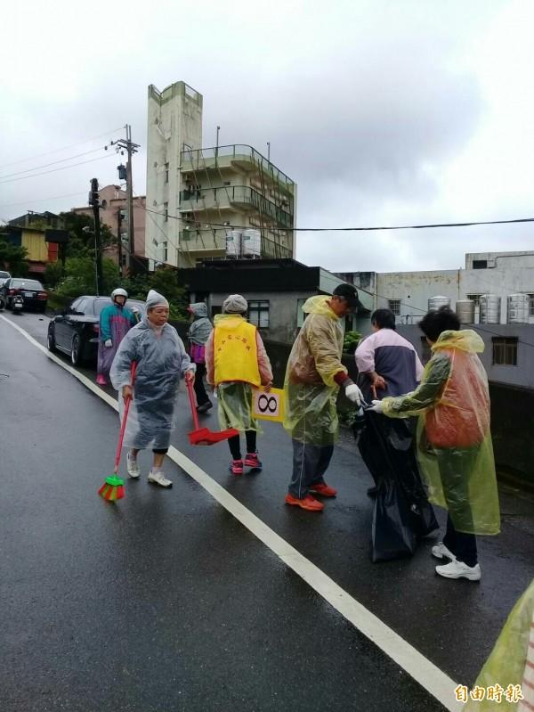 基隆市議員楊石城今天上午舉辦虎仔山淨山活動,雖然雨勢斷斷續續,仍有220人參與淨山。(記者俞肇福攝)