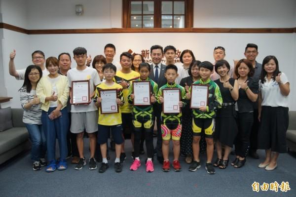 新竹市滑輪溜冰選手參加總統盃競賽,奪得4金2銀3銅佳績,市長林智堅肯定選手的表現。(記者洪美秀攝)