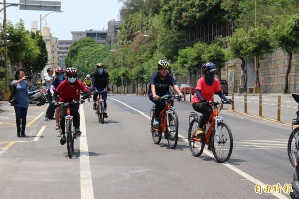 11名南女學生一路從台南騎單車到彰化,為癌友募髮募款。(記者張聰秋攝)