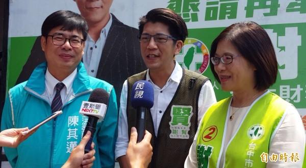 已獲民進黨提名參選高雄市長的陳其邁(左)和立委管碧玲(右),今天到台中聯手推薦爭取民進黨大里、霧峰初選提名的謝賢(中)。(記者陳建志攝)