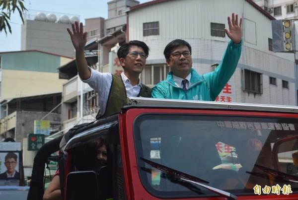 民進黨高雄市長提名人陳其邁(右),今天陪同爭取民進黨大里、霧峰初選提名的謝賢(左)進行掃街拜票。(記者陳建志攝)