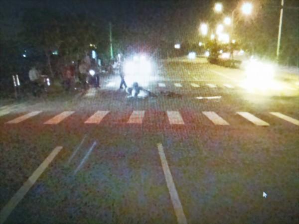 老翁騎單車闖紅燈由斑馬線橫越台1線(由圖右至圖左),與騎機車綠燈直行的陳男發生碰撞。(記者彭健禮翻攝)