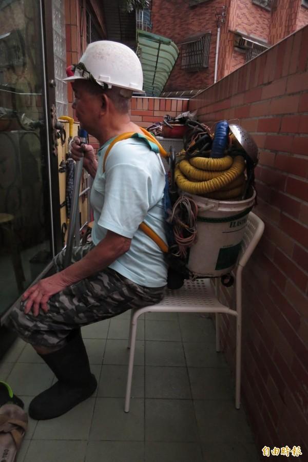 蘇正樹先生向本報記者表示,他背著清洗水塔設備坐在公車最後一排座位,並未碰到座椅,不解司機為何要他把設備放地上。(記者俞肇福攝)
