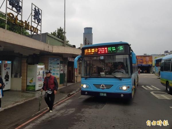 基隆市公車處陳姓司機日前勸導乘客,把洗水塔設備放在地面上,乘客卻爆粗口罵五字經,司機憤而提告。圖片中的公車非當事人所駕駛。(記者俞肇福攝)