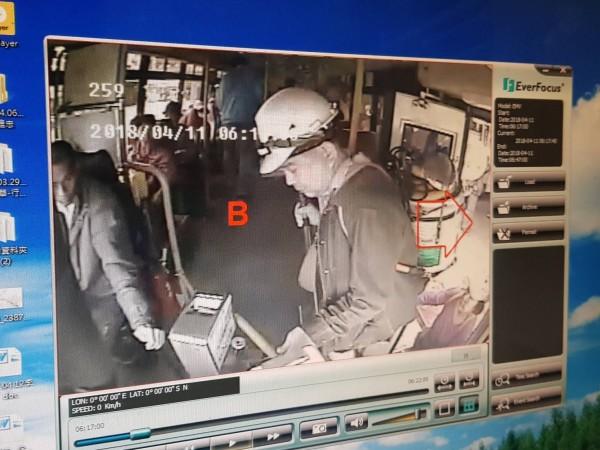 蘇正樹(畫面右)4月11日早上搭乘公車,卻為了身上背的清洗水塔設備與司機(畫面左)發生口角。(記者俞肇福翻攝)