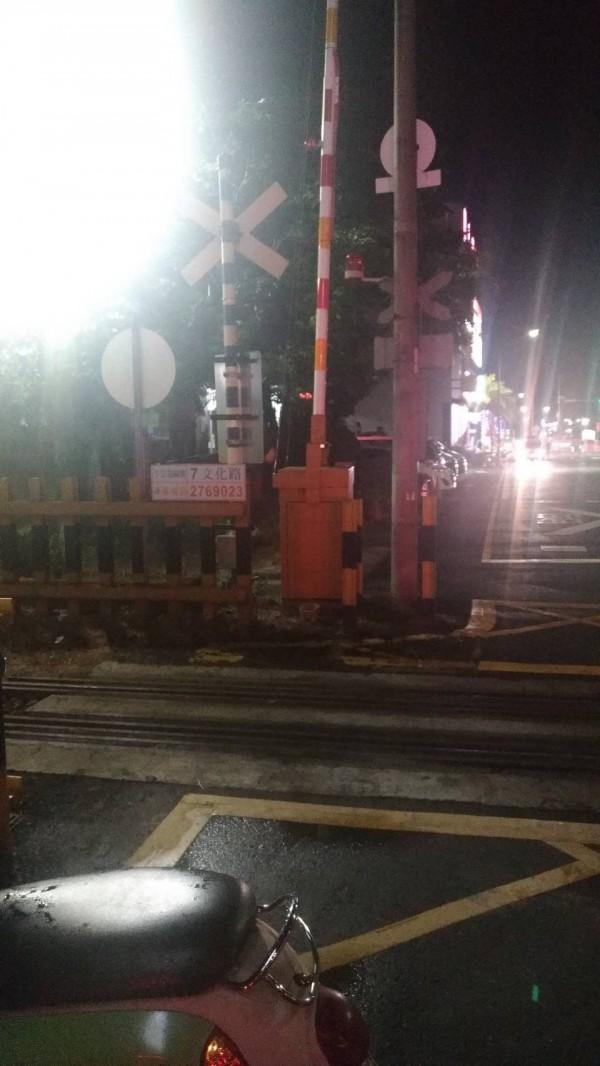 警方今晚獲報趕抵現場,9點40分左右車子已被開走。(記者王善嬿翻攝)